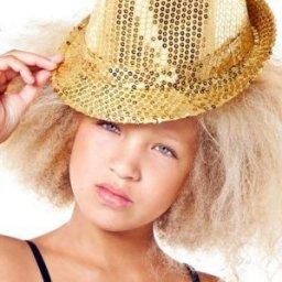 Meisje met blond kroeshaar
